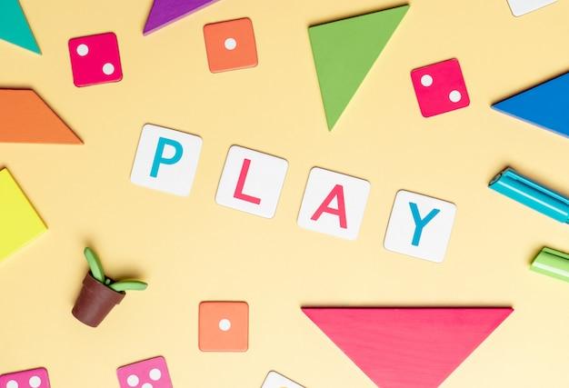 Jouez avec des jouets et des objets pour le concept d'éducation de l'enfant sur jaune