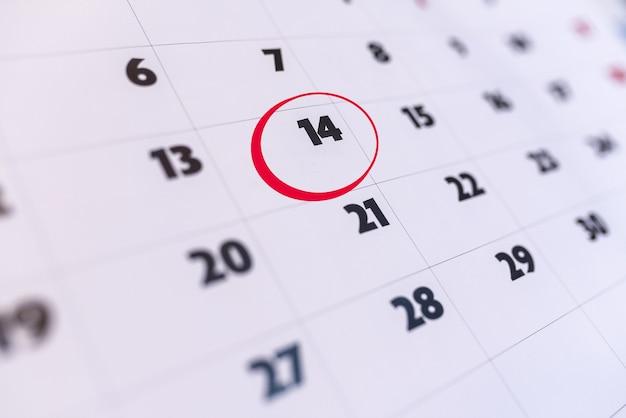Jour 14 du calendrier marqué en rouge. la saint-valentin. rendez-vous important. n'oubliez pas le jour.