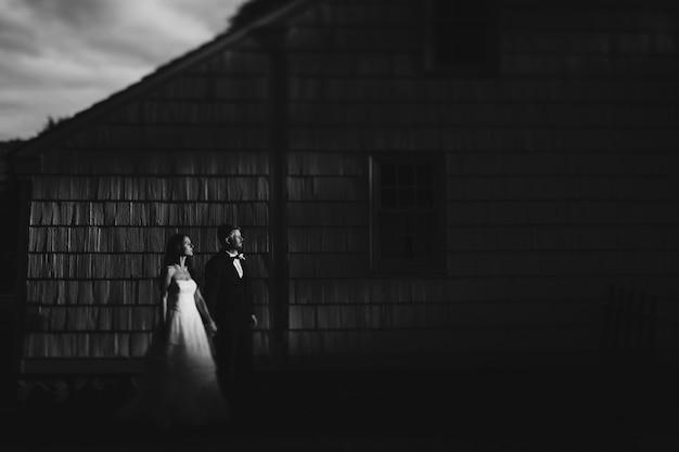 Jour de la cérémonie de fiançailles de marié couleur