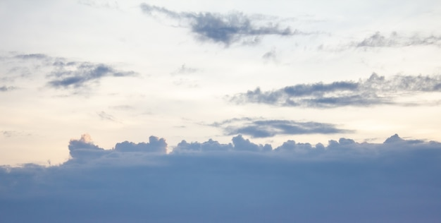 Jour de ciel nuageux qui protège le soleil le matin, espace libre de fond de nuage