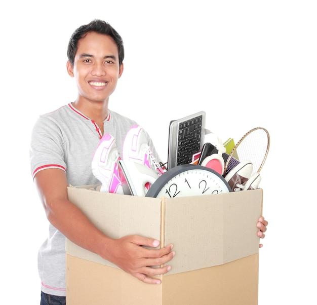 Jour du déménagement. homme avec boîte en carton