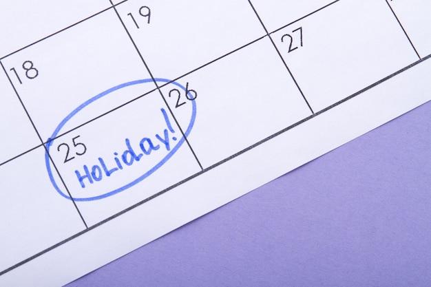 Le jour du mois marqué comme un jour férié signé par un surligneur bleu en attente d'un jour férié