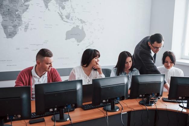 Jour d'entrainement. gens d'affaires et gestionnaire travaillant sur leur nouveau projet en classe