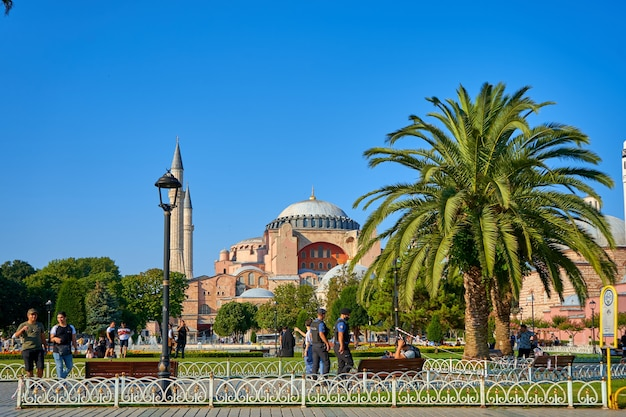 Jour d'été lumineux la vue sur la mosquée de sofia à la place sultanahmet dans la ville d'istanbul.