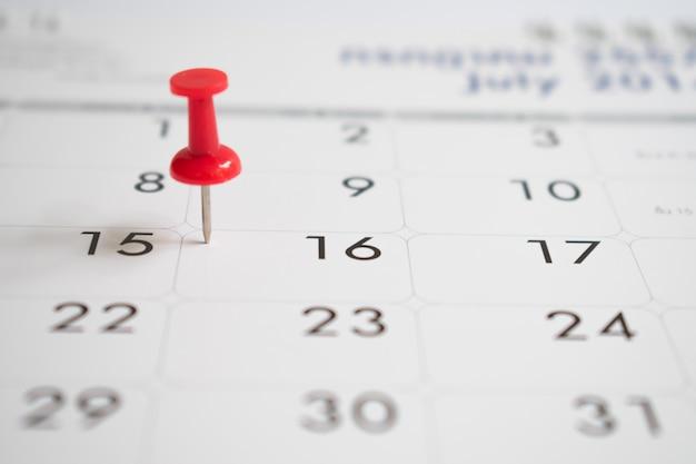 Jour de l'événement avec une épingle rouge sur le calendrier.