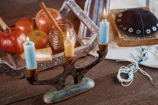 Jour férié juif rosh hashanah nouvel an juif et bougies sur prière châle tallit symbole religieux juif