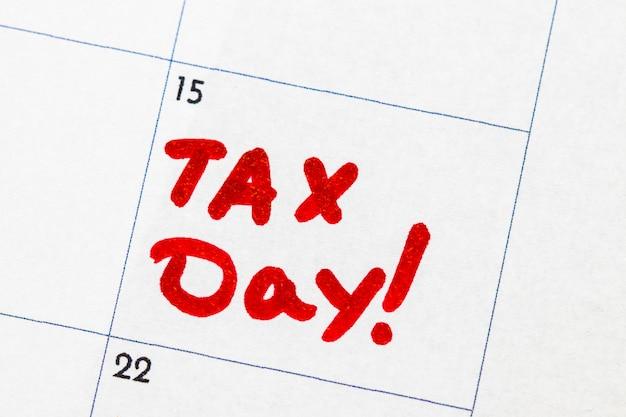 «jour des impôts» est un texte écrit sur le calendrier, marqueur rouge.