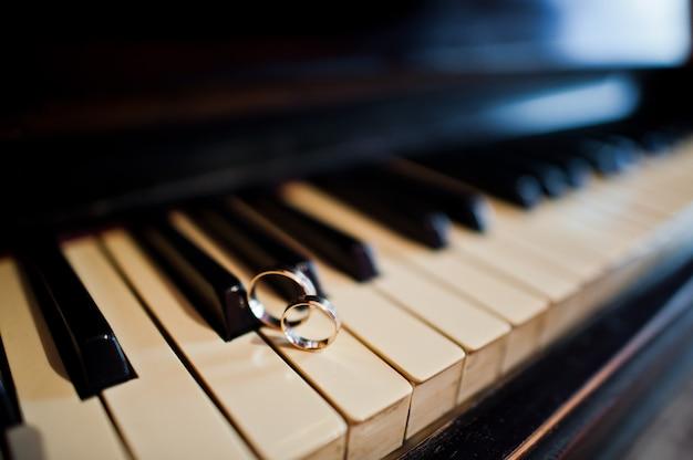 Jour de mariage. accessoires pour la préparation du mariage. anneaux de mariage au piano.