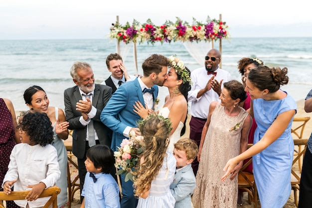 Jour de mariage du jeune couple caucasien