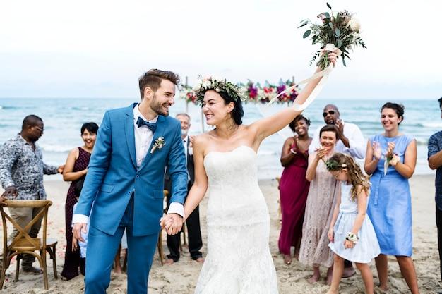 Jour de mariage du jeune couple de race blanche