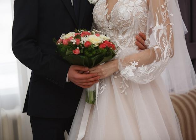 Jour de mariage. étreintes passionnées d'un couple d'amoureux lors de la cérémonie de mariage.
