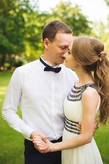 Jour de mariage. mariée et le marié en plein air dans un endroit naturel. couple de mariage amoureux au jour du mariage