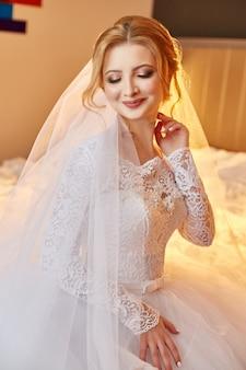Jour de mariage parfait de femme mariée, portrait de femme en robe de mariée blanche en voile de mariée. matin de la mariée en attendant le marié et la cérémonie de mariage