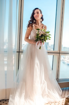 Jour de mariage. portrait de la belle mariée avec bouquet