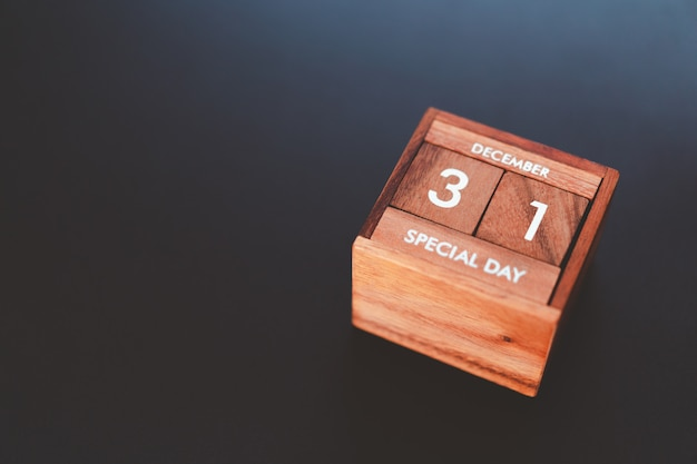 Jour et mois du jour spécial de l'année remplis dans le calendrier de cube en bois