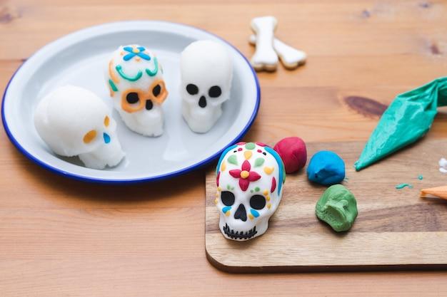 Jour des morts au mexique processus de décoration de crânes pour le jour des morts copie espace fête mexicaine ...