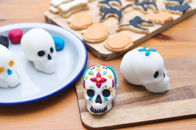 Le jour des morts au mexique. processus de décoration des crânes pour le jour des morts. espace de copie. fête mexicaine. fait main.