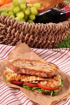 Jour de pique-nique avec un sandwich au poulet