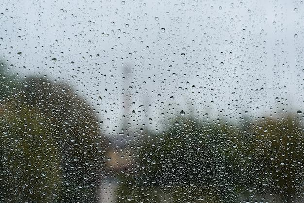 Jour de pluie nuageux. gouttes de pluie sur la surface de la fenêtre, fond de texture, espace de copie. notion de mauvais temps