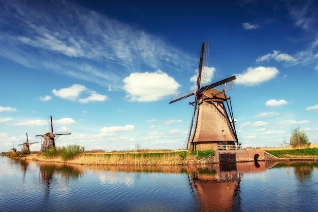 Jour de printemps coloré avec canal traditionnel des moulins à vent hollandais