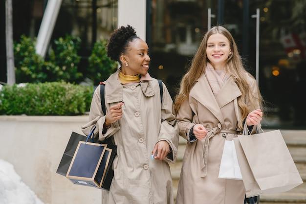 Jour de shopping. copines internationales. les femmes dans une ville.