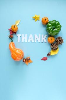 Jour de thanksgiving, lettrage remercier avec des éléments de l'automne.