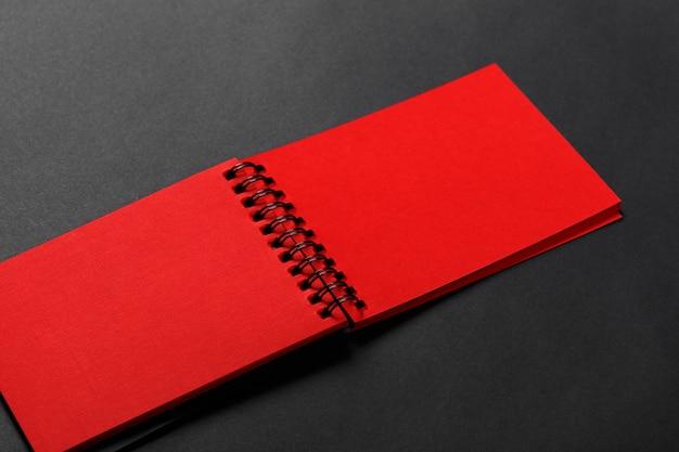 Journal de couleur rouge