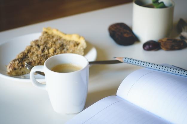 Journal du matin avec gâteau et café