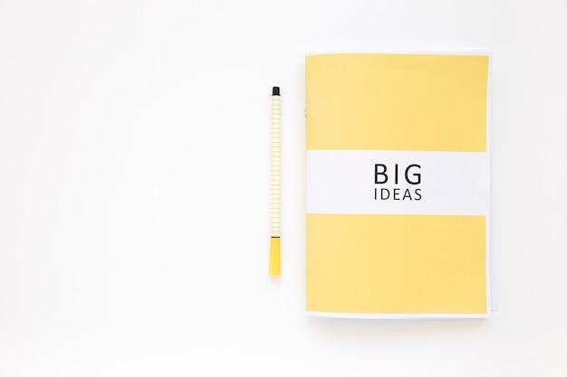 Journal de grandes idées avec un stylo sur fond blanc