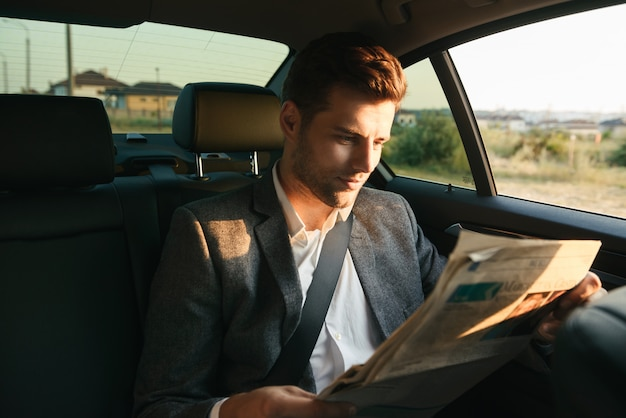 Journal de lecture homme d'affaires attrayant