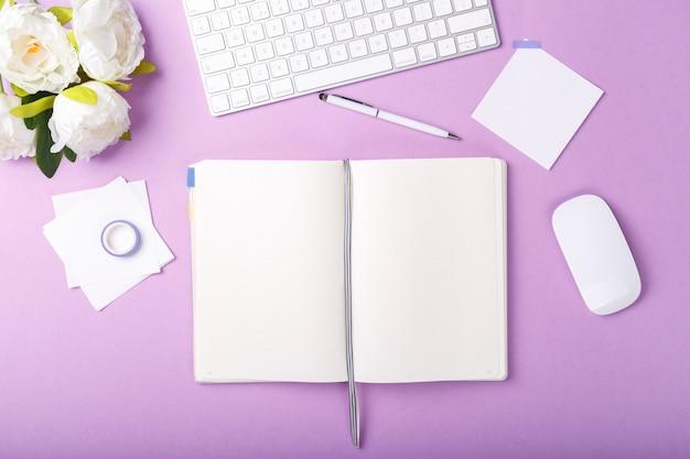 Journal ouvert marqueurs colorés