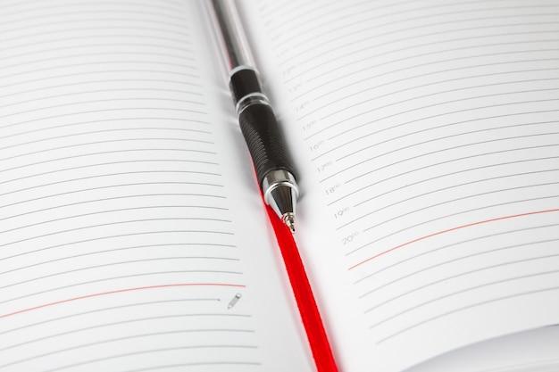 Le journal d'ouverture avec un marque-page et un stylo