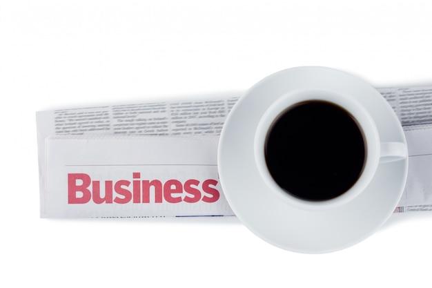 Journal plié et tasse de café