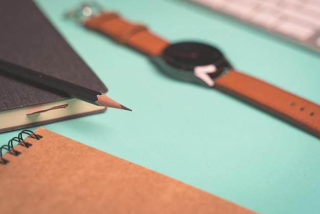 Journal, stylo et montre - tout ce dont un jeune homme a besoin