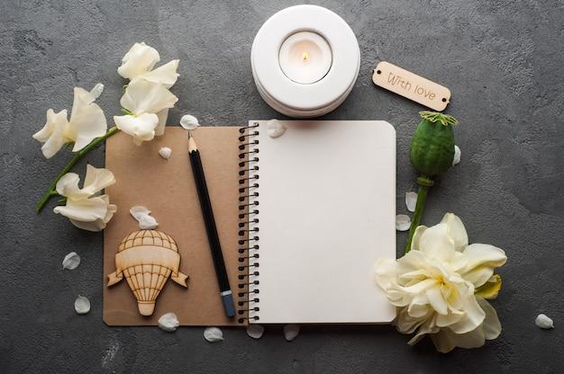 Journal vierge ouvert avec des fleurs