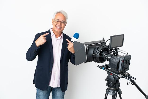 Journaliste d'âge moyen brésilien homme tenant un microphone et rapport de nouvelles isolé sur fond blanc donnant un geste de pouce en l'air