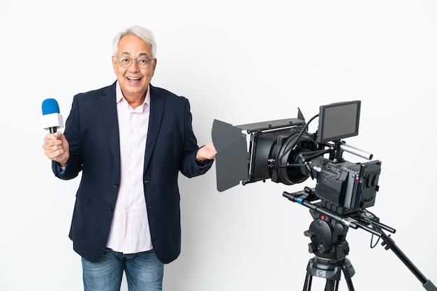 Journaliste brésilien d'âge moyen tenant un microphone et rapportant des nouvelles isolées sur fond blanc avec une expression faciale choquée