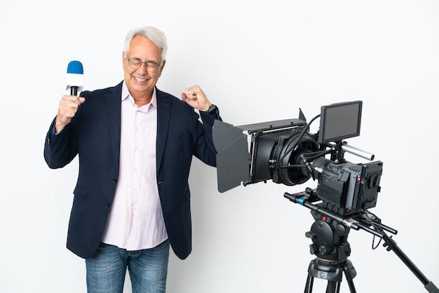 Journaliste brésilien d'âge moyen tenant un microphone et rapportant des nouvelles isolées sur fond blanc faisant un geste fort