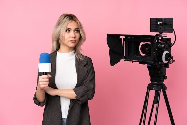 Journaliste femme avec un appareil photo