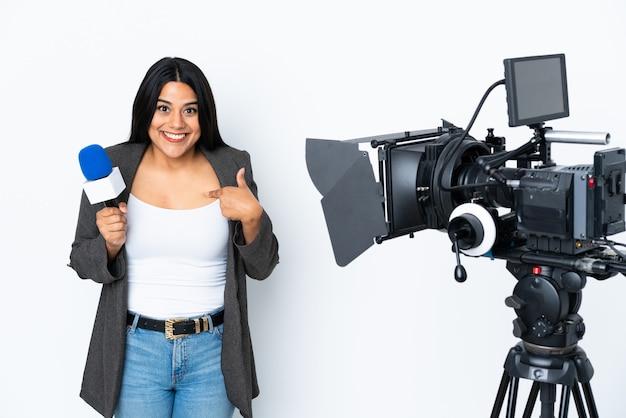 Journaliste femme colombienne tenant un microphone et rapportant des nouvelles sur blanc