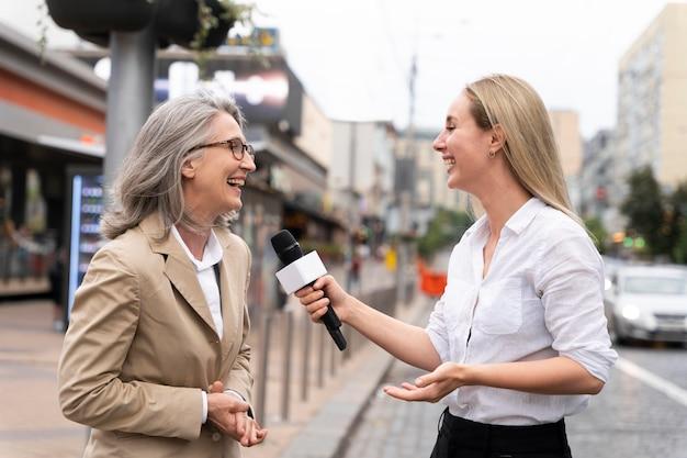 Journaliste prenant une interview d'une femme