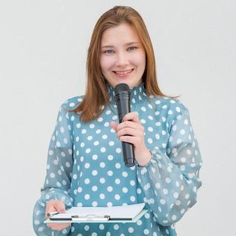 Journaliste tenant le microphone