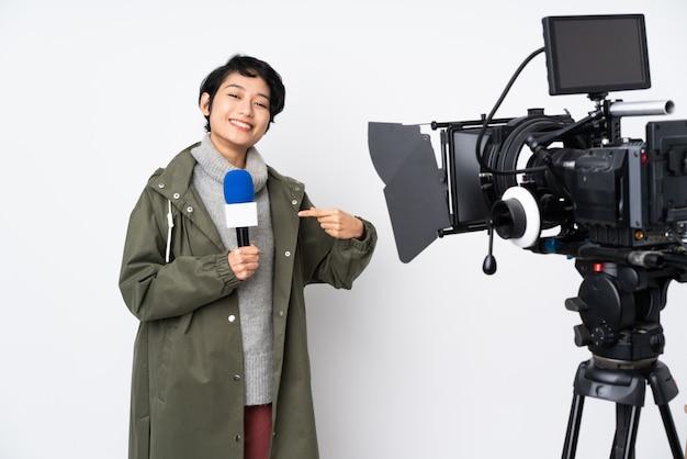 Journaliste vietnamienne tenant un microphone et rapportant des nouvelles fières et satisfaites