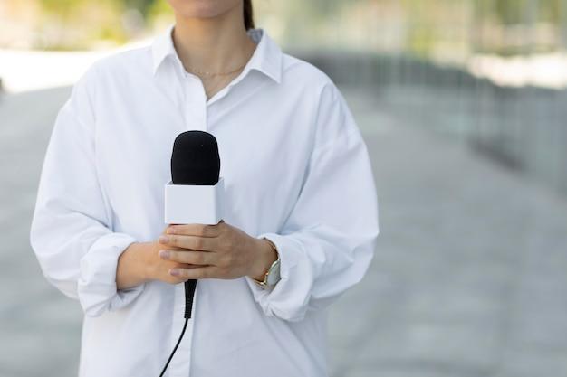 Journaliste vue de face avec espace de copie