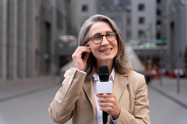 Journaliste vue de face prenant une interview