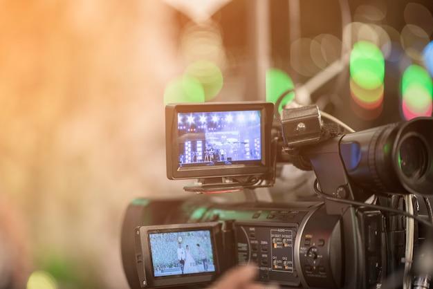 Les journalistes enregistrent une conférence de réunion