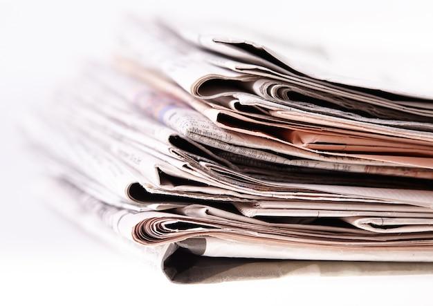 Journaux internationaux sur blanc.