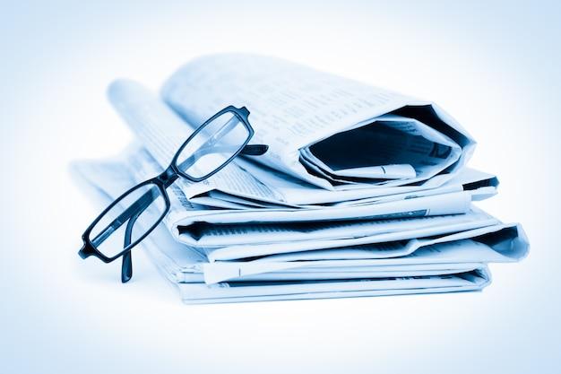 Journaux et lunettes noires