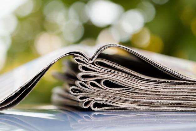 Journaux pliés et empilés