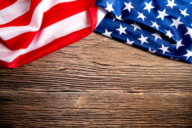 Journée des anciens combattants. honorer tous ceux qui ont servi. drapeau américain sur fond en bois avec espace de copie.